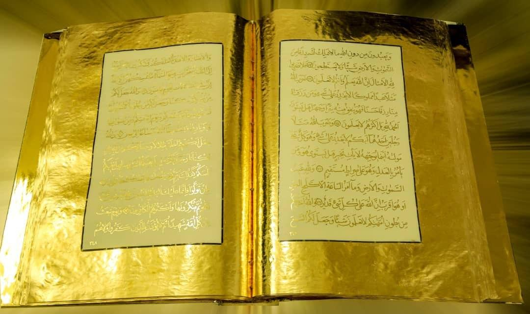 Lembaran kertas emas ditulisi ayat-ayat Al-quran bertinta emas, hasil karya Maryam Kazemi Savadkouhi (Foto: (Foto: ifpnews)