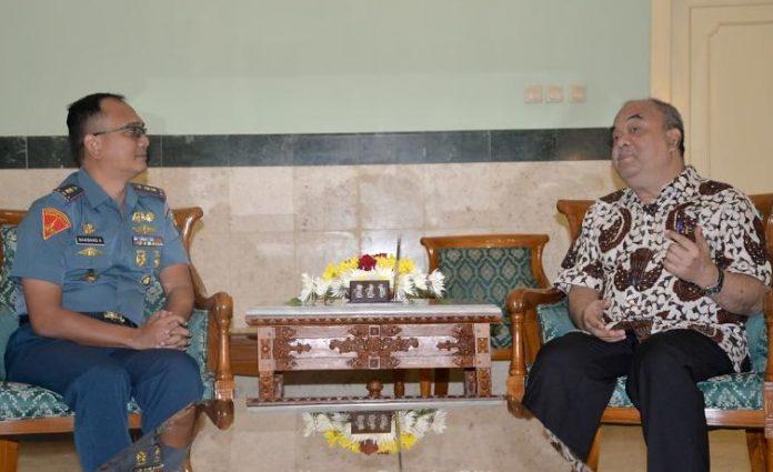 Letkol Mar Bambang Adriantoro (kiri) saat pertama kali bertemu dan memperkenalkan diri kepada Wagub DIY Paku Alam X pada 23 Januari 2019. (Foto: Humas DIY)
