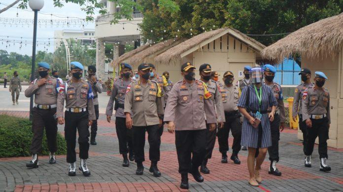 Wakapolda Kepri Brigjen Pol Darmawan didampingi Kapolres Bintan AKBP Bambang Sugihartono saat meninjau simulasi pengamanan New Normal di Kawasan Lagoi, Bintan, Kepri (Suryakepri.com)