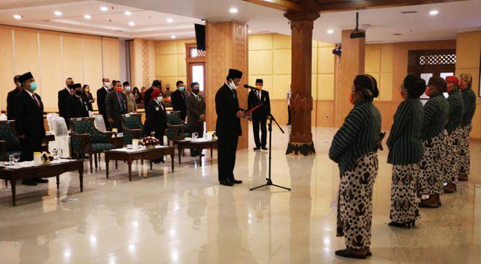 Sultan HB X melantik Lurah se-Kabupaten Gunung Kidul. (Foto: Humas DIY)