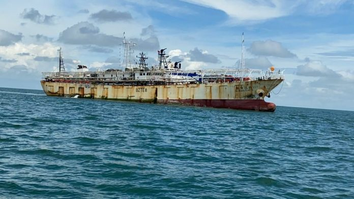 Kapal Nelayan China yang ditangkap tim gabungan di perairan Singapura, Rabu (8/7/2020). Ada jenazah ABK Indonesia di atas kapal berbendera China ini. (Foto: Suryakepri.com)
