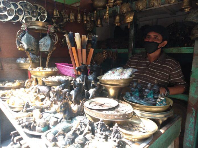 Vinsensius Doni, penjual barang antik dan kuningan yang menjajakan jualan di Pasar Beringharjo Malioboro, Yogyakarta