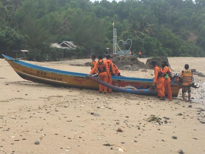 Petugas SAR pencari korban tersapu ombak di pantai Wediombo, Gunungkidul, Kamis (13/8/2020). Foto: Dok SAR