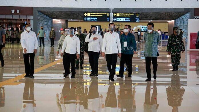 Presiden Jokowi meresmikan Bandara Yogyakarta International Airport (YIA) didampingi Gubernur DIY Sri Sultan HB X, Jumat (28/8/2020). Foto: Humas DIY
