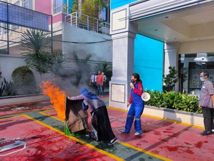 R.A Naomi Armada pemimpin perusahan sedang melakukan demo pemadaman kebakaran. (Foto Suryayogya.com/Gaga Sallo)