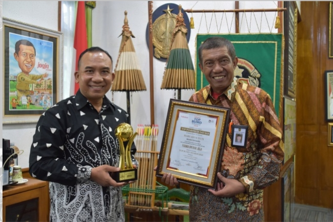 Majalah BusinessNews menganugrahkan penghargaan kepada Walikota Yogyakarta, Haryadi Suyuti yakni sebagai TOP Pembina BPR terbaik 2020.