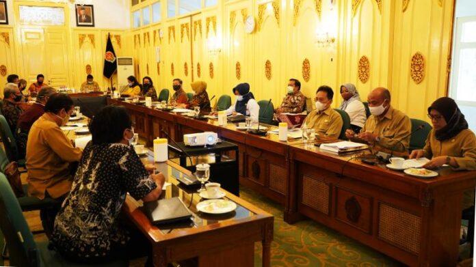 Tim Penyiapan Yogyakarta Warisan Dunia mengadakan rapat bersama dengan Gubernur DIY Sri Sultan Hamengku Buwono X, Senin (07/09/2020) di Dalem Ageng, Kompleks Kepatihan, Yogyakarta.