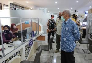 Bupati Sleman, Sri Purnomo, bersama Kasatpol PP Kabupaten Sleman, Arip Pramana, beserta jajarannya melakukan inspeksi mendadak (sidak) masker, Kamis (10/092020).