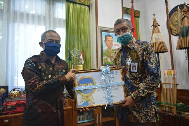 Walikota Yogyakarta, Haryadi Suyuti menerima penghargaan dari BPS bertempat di ruang kerjanya, Selasa (15/09/2020).