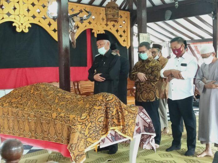 Bupati Sleman Sri Purnomo mengikuti sholat jenazah, Alm. Ny. Sulastri (58) yang adalah istri dari Ketua DPRD DIY Bapak Nuryadi, SE