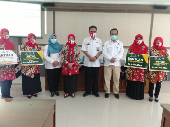 Badan Amil Zakat Nasional (BAZNAS) Kota Yogyakarta memberikan bantuan kepada Tim Penggerak Pemberdayaan Kesejahteraan Keluarga (PKK) Kota Yogyakarta. Rabu (16/09/2020) Foto : Gaga Sallo