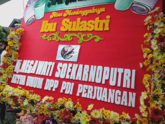 Karangan bunga dari Petinggi Partai PDIP sebagai ucapan belangsungkawa atas meninggalx istri Bapak Bapak Nuryadi, SE Ny Sulastri (58). Foto : Gaga Sallo