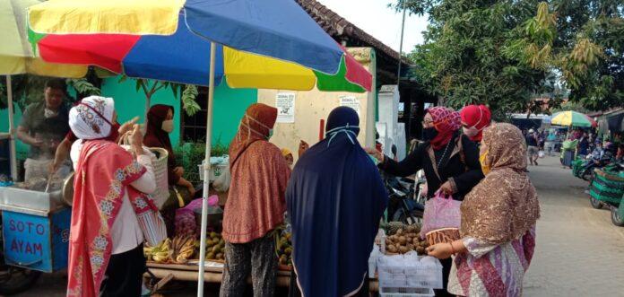 PERWIRA (Perkumpulan Wira Usaha Indonesia) Kulonprogo, melakukan bakti sosial di beberapa pasar tradisional.