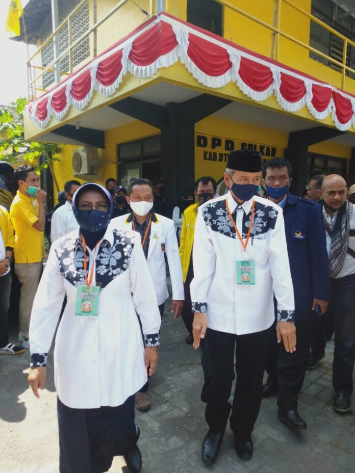 Pasangan Calon Bupati dan Wakil Bupati Sleman Dra. Hj. Sri Muslimatun, M.Kes dan Amin Purnama hari ini resmi mendaftarkan diri ke Komisi Pemilihan Umum (KPU) Kabupaten Sleman Sabtu Sekira pukul 13.30 WIB (5/9/2020). (Foto: Suryayogya.com/Gaga Sallo)
