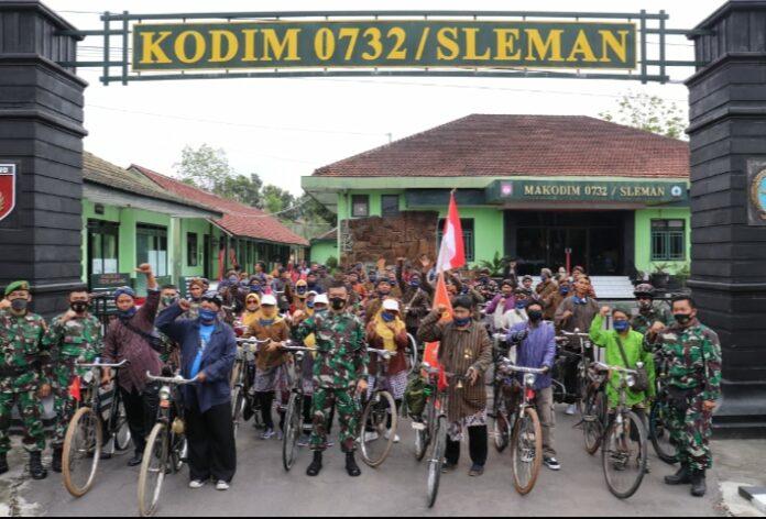 Komandan Kodim 0732/Sleman Letkol Inf Arief Wicaksana S.H.,M.Han., bersama Komunitas sepeda Onthel Ontorejo yang ada di wilayah Dusun panggung Kecamatan Tempel Gowes bersama.