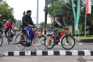 Komunitas sepeda onthel dan Kodim Sleman Gowes bersama