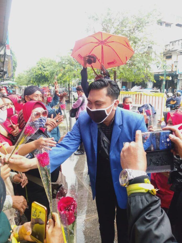 Pancar Setyabudi Ilham Mukaromah sebagai wakil ketua BEM se DIY saat membagikan bunga kepada masyarakat sebagai simbol Yogyakarta yang damai dan terhindar dari tindakan anarkis saat demontrasi masa. Selasa 27/10/2020 di Malioboro.Foto: Gaga Sallo