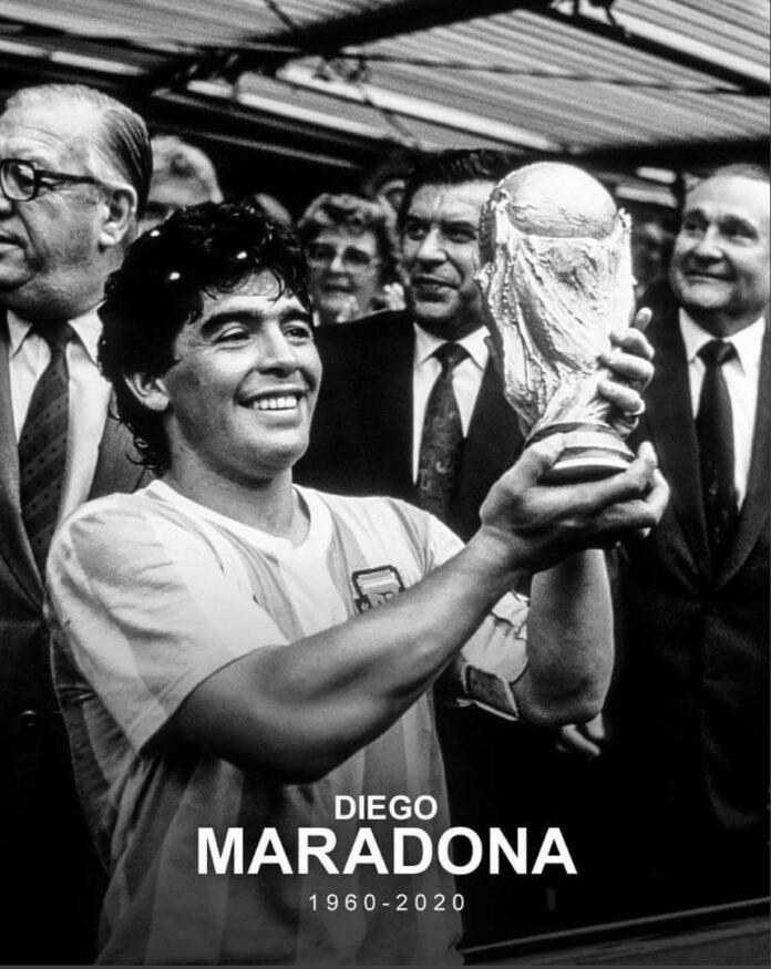 Diego Armando Maradona saat mengangkat trofi Piala Dunia 1986 setelah membawa Argentina menjuarai kompetisi sejagat tersebut. (Foto: Twitter)