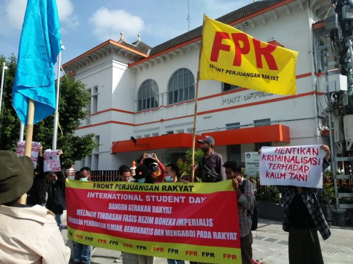 Aksi unjuk rasa dari Front Perjuangan Rakyat D.I Yogyakarta dilaksanakan di Titik Nol Kilometer, yang sebelumnya mendapat penolakan dari PKL untuk melaksanakan aksi di kantor DPRD DIY. Selasa 17/11/2020.