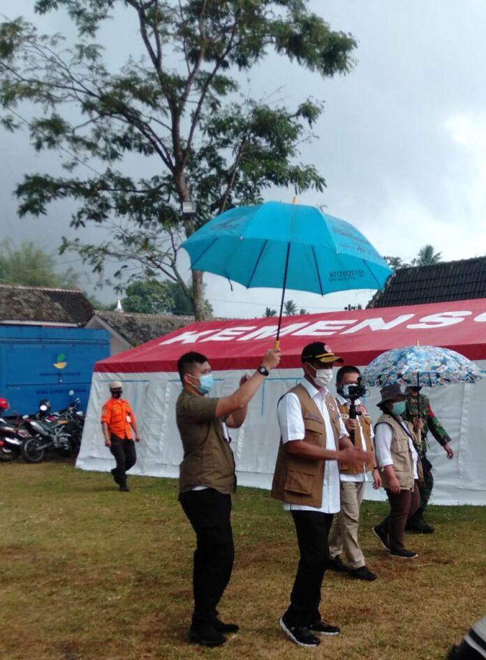 Kepala Badan Penanggulangan Bencana Nasional (BNPB) Letnan Jenderal Doni Monardo saat menuju ke tenda pengungsian. Foto: Gaga Sallo/suryayogya.com