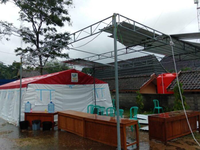 Salah satu tenda di posko pengung yang berada di Desa Glagaharjo Cangkringan Sleman, rusak dihantam badai saat kunjungan dari Ketua BNPB Letnan Jenderal Doni Monardo. Foto: Gaga Sallo