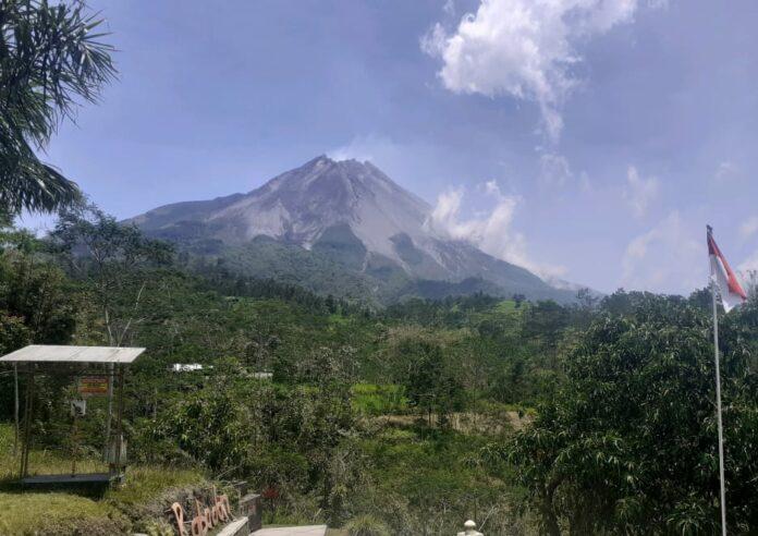 Gunung Merapi terlihat dari Pos Pantau Babadan Yogyakarta.