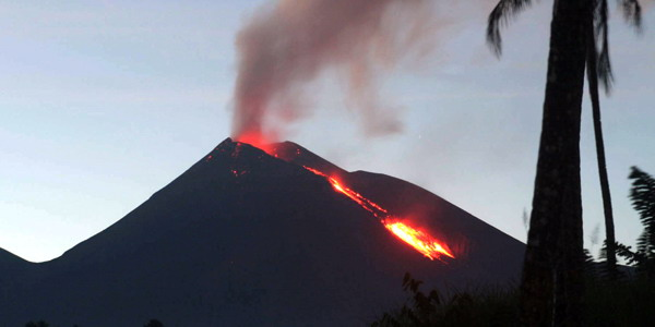 Gunung Merapi muntahkan lava pijar 30 kali dengan jarak luncur 300-900 meter ke barat daya