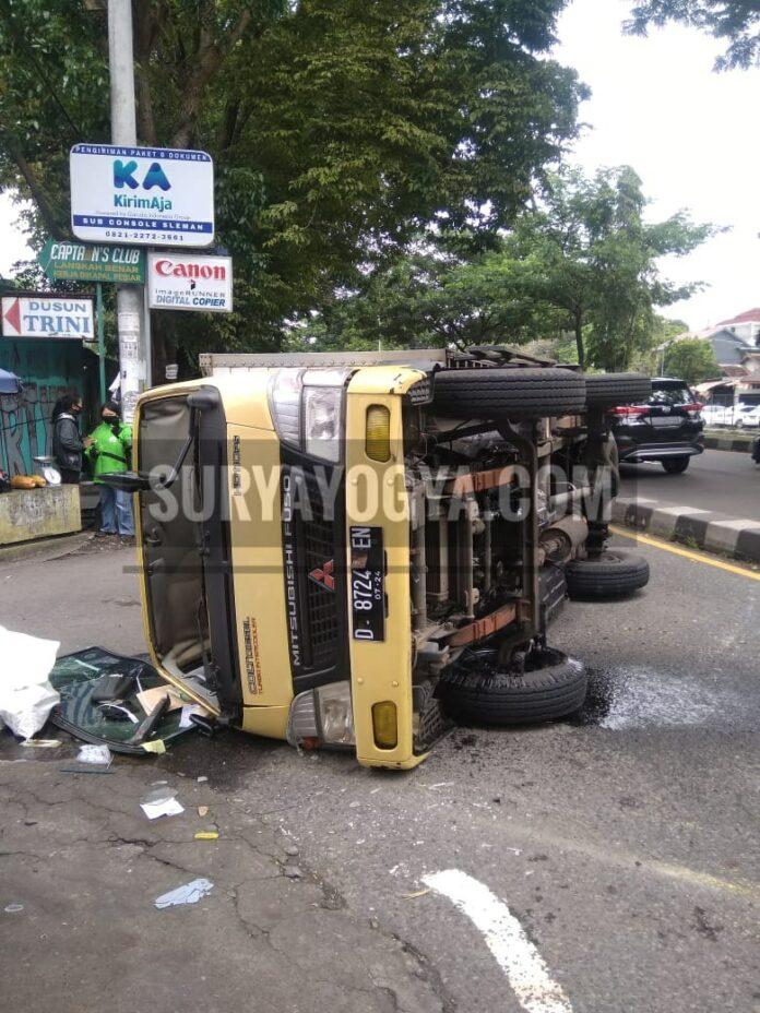 Kecelakaan satu unit mobil truk Box dengan Nomor polisi D 8724 EN yang melaju dari arah Jombor menuju Godean terjadi di jalur Ringroad Utara jalan Siliwangi Depan Kampus UTY Jombor. Kamis 21/01/2021.