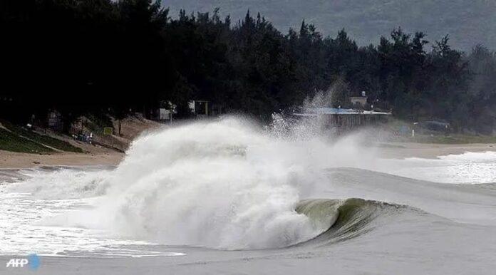 Foto Ilustrasi: gelombang tinggi di pantai selatan Yogyakarta.