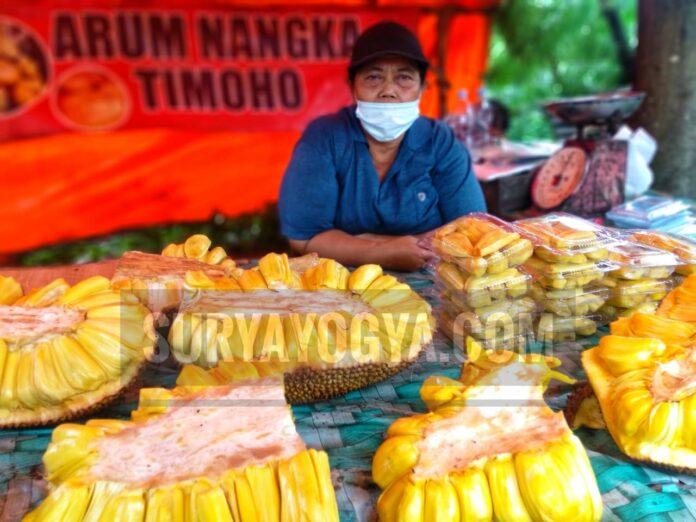 Ibu Armi (58) warga Klaten,penjual buah nangka di sekitar jalan Timoho Yogyakarta. Foto: Gaga Sallo