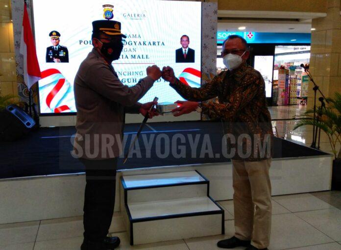 Kapolresta Yogyakarta Kombes Pol Purwadi Wahyu Anggoro, S.I.K., M.H memberikan secara simbolis Masker kepada General Maneger Galeria Mall. Foto: Gaga Sallo