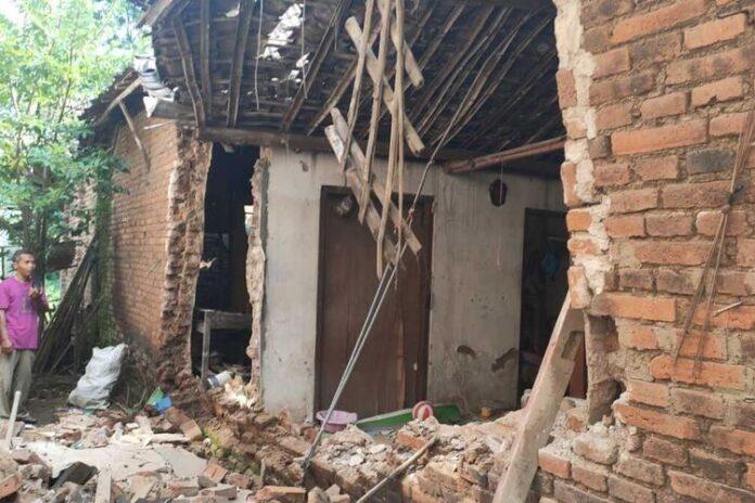 Tembok sisi rumah milik Hadi Purnomo (36), warga Desa Siman, Kecamatan Siman roboh terdampak bencana gempa di Malang, Sabtu (10/4/2021)(Dokumentasi BPBD PONOROGO)