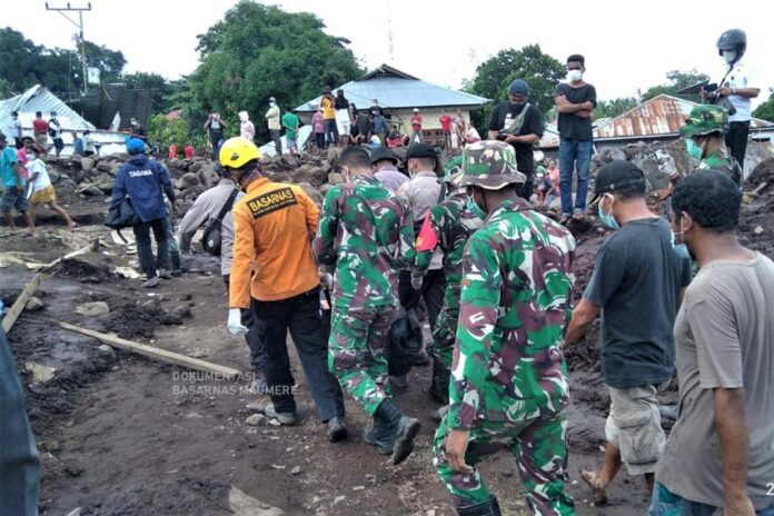 Proses evakuasi korban bencana banjir bandang di NTT
