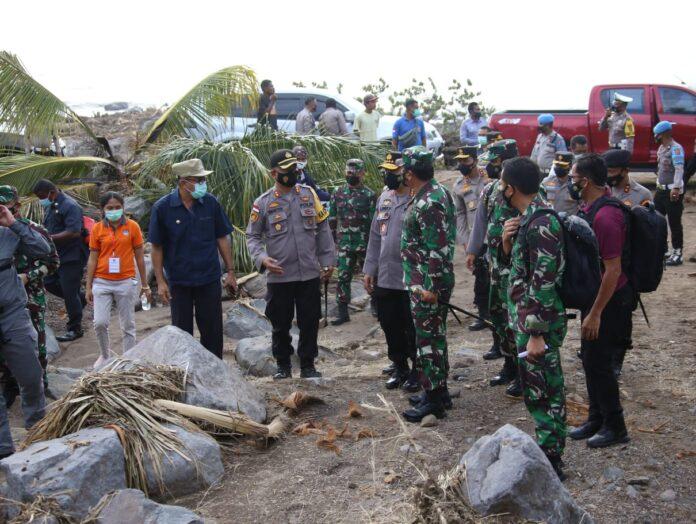 Panglima TNI Marsekal Hadi Tjahjanto dan Kapolri Jenderal Polisi Listyo Sigit Prabowo meninjau lokasi bencana alam banjir bandang dan tanah longsor di Nusa Tenggara Timur (NTT).