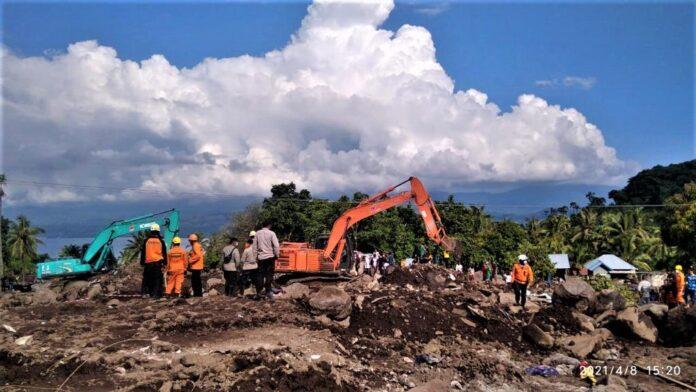 Proses evakuasi korban yang tertimbun material atas bencana alam banjir bandang yang menerjang beberapa wilayah di NTT.