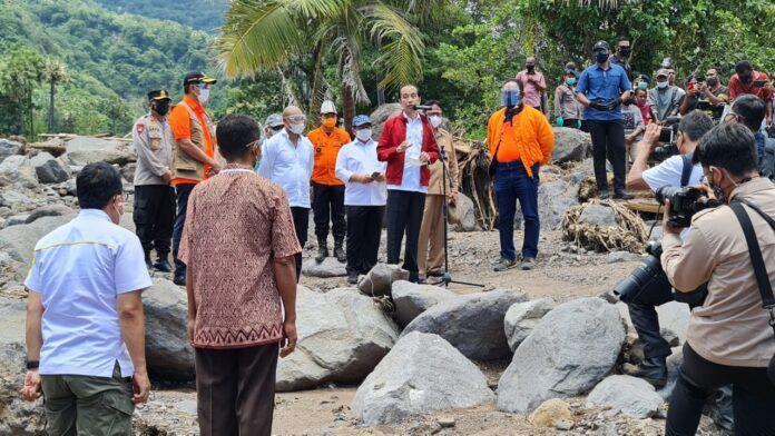 Presiden Joko Widodo melihat langsung lokasi bencana tanah longsor dan banjir bandang di Desa Amakaka, Kecamatan Ile Ape, Kabupaten Lambata, Nusa Tenggara Timur, Jumat (09/04/2021) pukul 11.45 WITA.
