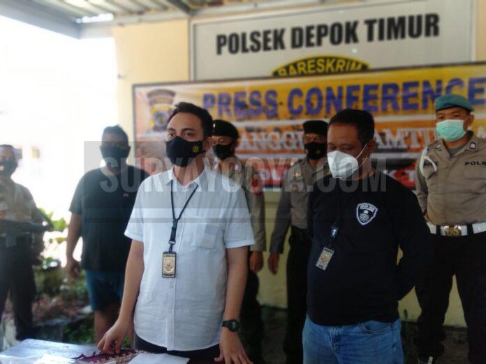 Kanit Reskrim Polsek Depok Timur, Aldhino P.W., STK, SIK., saat menggelar konferensi pers di halaman Polsek, Senin (12/04/2021). Foto: Gaga Sallo