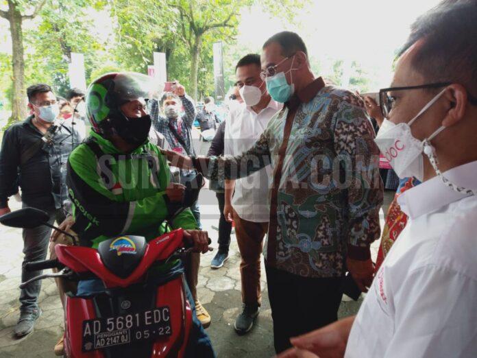 Staf Ahli Bidang Ekonomi Kesehatan RI dr.H.M. Subuh,MPPM terlihat sedang berkomunikasi peserta vaksin Drive Thuru Covid-19. Foto: Gaga Sallo