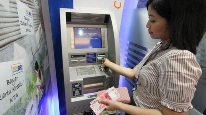 ilustrasi ambil uang di atm. foto: net