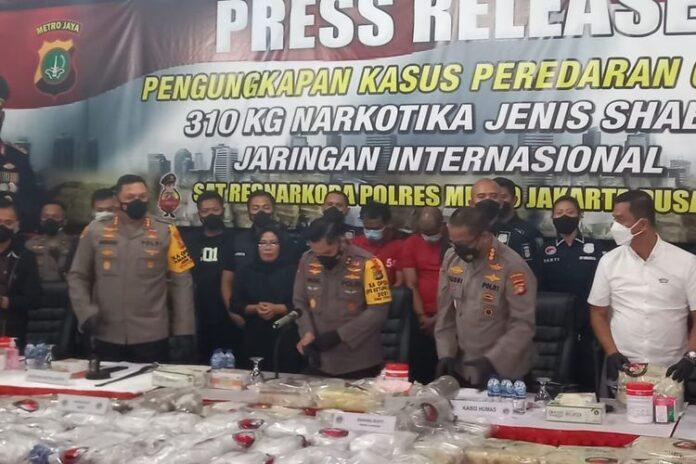 Foto Konferensi pers pengungkapan penangkapan dua orang tersangka pengedar narkotika dengan barang bukti 310 kilogram sabu