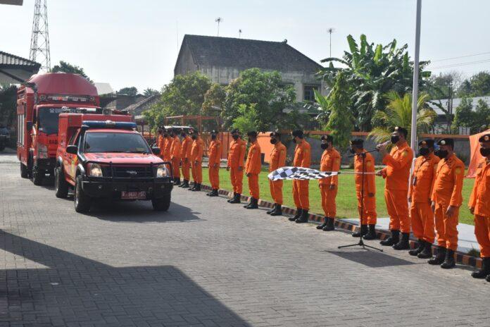 L Wahyu Efendi,S.Sos.,M.M Kepala Kantor Basarnas Yogyakarta melepas dengan resmi 74 personil dan Alat utama yang kita miliki dalam melaksanakan Siaga SAR khusus Lebaran 2021 yang dimulai dari tanggal 6-21 Mei 2021.
