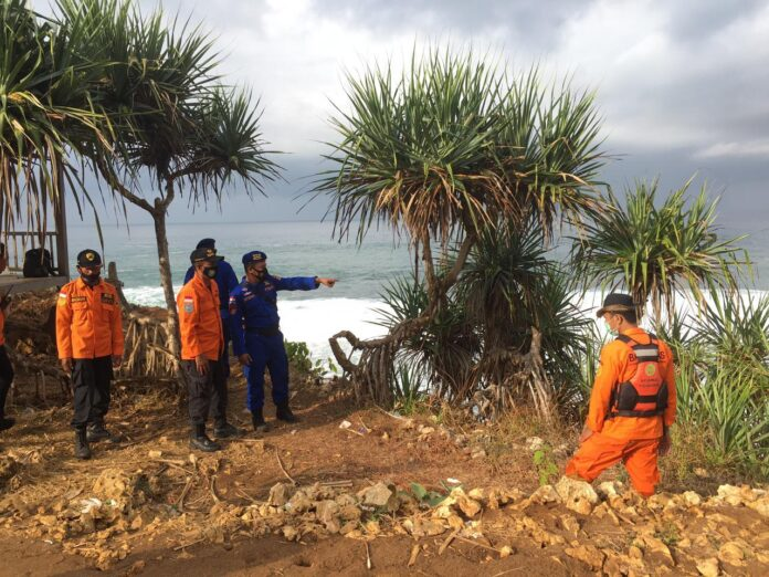 Tim SAR Gabungan memasuki hari kedua pencarian Mohamad Rois Chaq (19) warga Nitikan sorosutan Umbulharjo Yogyakarta yang terseret ombak di pantai Ngluwen Gunungkidul
