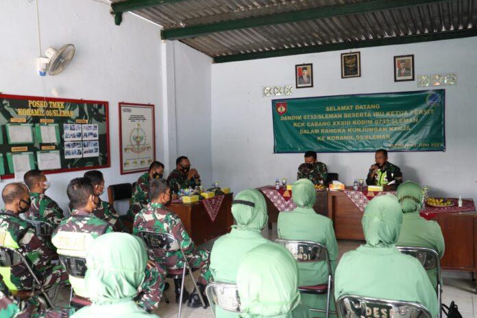 Komandan Kodim 0732/Sleman Letkol Inf Arief Wicaksana S.H.,M.,Han melaksanakan kunjungan kerja ke Koramil jajaran dalam rangka silaturahmi dan memberikan Jam Komandan kepada seluruh anggota Koramil. Foto: Gaga Sallo