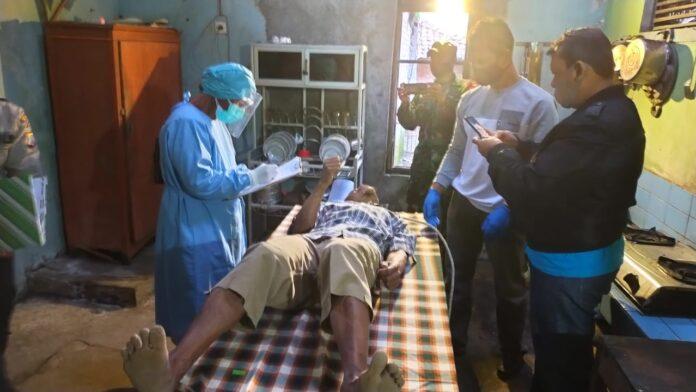 Petugas medis dan kepolisian sedang memeriksa korban gantung diri Sujarwo Hadi saputro.