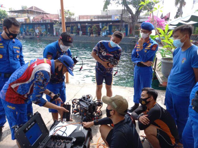 AKBP Azhari Juanda sedang meninjau kegiatan pelatihan Penggunaan Peralatan SAR oleh anggotanya di Umbul Ponggok Klaten Jawa Tengah, Rabu (09/06/2021).