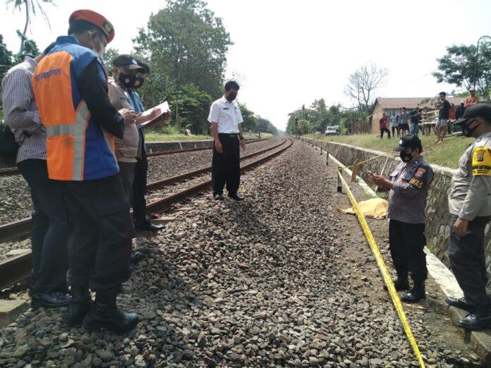 Petugas sedang berada dilokasi kecelakaan kereta api yang menabrak Suparmi, Purworejo (58) buruh harian lepas, Siwalan RT. 26/13, Sentolo, Sentolo, Kulonprogo.
