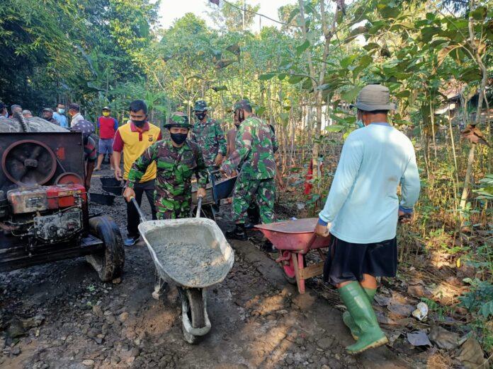 Tentara Manunggal Membangun Desa (TMMD) Sengkuyung ke 111 Tahap II saat ini dilaksanakan di Dusun Gentan Sinduharjo Ngaglik oleh Kodim 0732/Sleman.Foto: Gaga Sallo