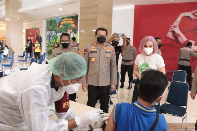 Kapolda DIY Irjen Pol Drs. Asep Suhendar M.Si meninjau secara langsung kegiatan vaksinasi massal bagi pelayan publik yang bertempat di Hartono Mall, Senin (21/06/2021)