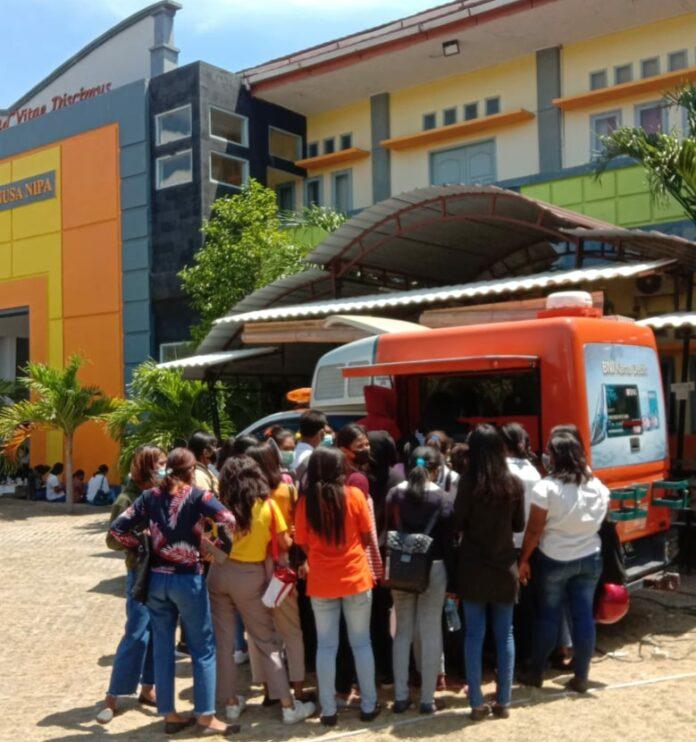 Kegiatan Mahasiswa UNIPA saat melakukan pembayaran biaya administrasi kampus. Foto: Istimewa